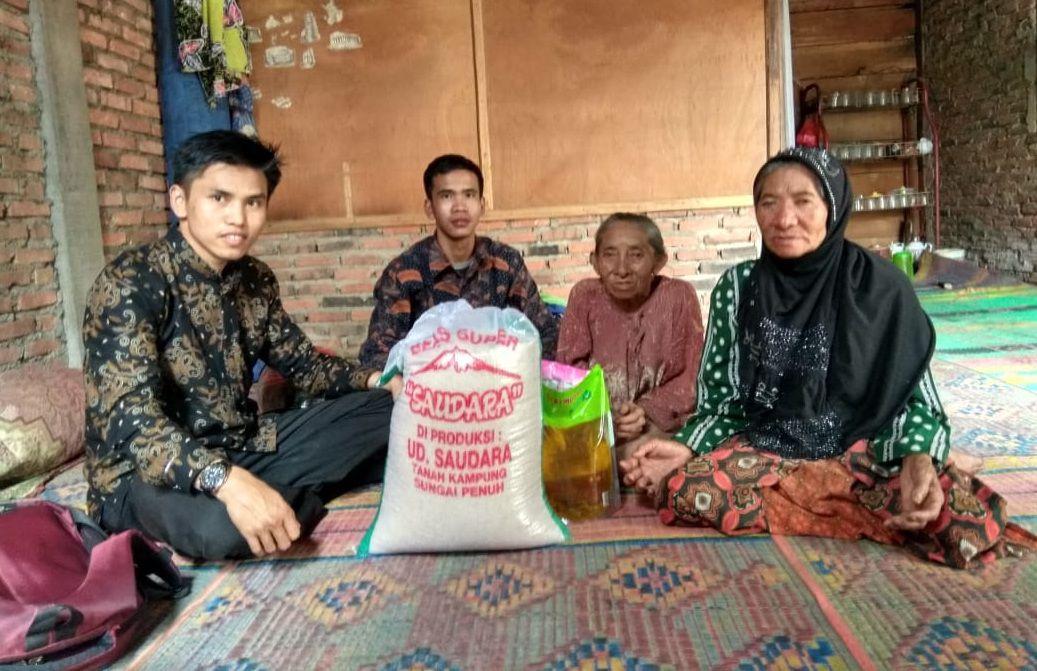 Cover Peduli Jompo, Lazismu Salurkan Sembako ke Warga Desa De Ilir